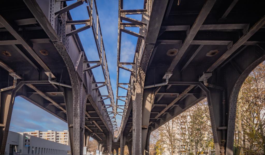 Blick von unten auf die Viadukte der Siemesbahn
