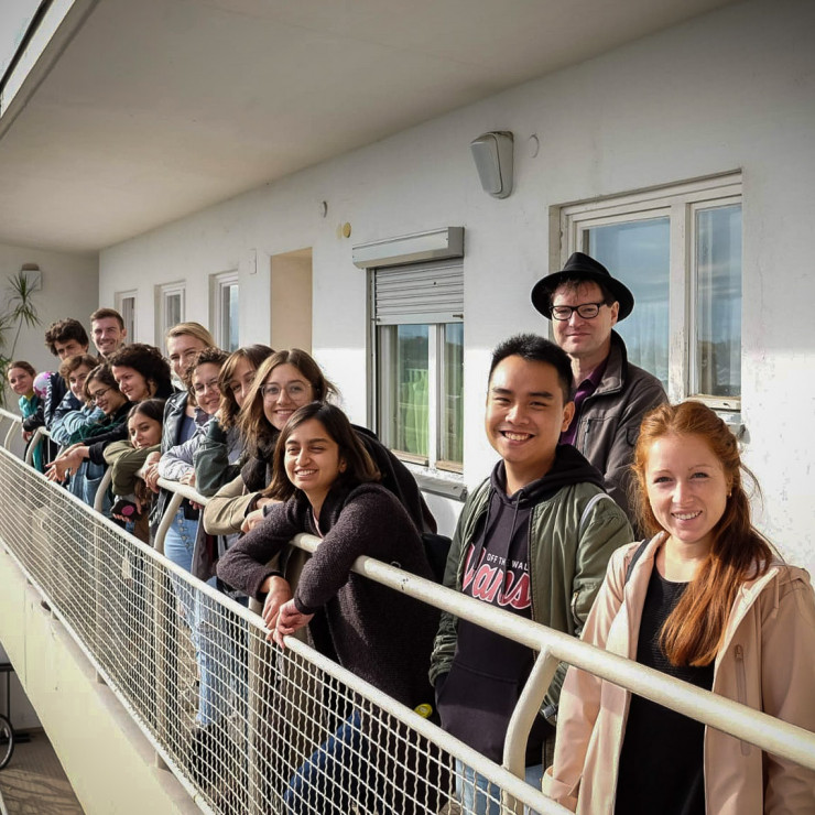 Der Mann mit Hut und Studenten der RWTH Aachen bei einer exklusiven Führung