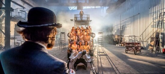 """Promobild zu """"Die letzten Tage der Menschheit"""". Eine exklusive Kooperation mit """"Mann mit Hut Touren"""" für Architekturführungen"""